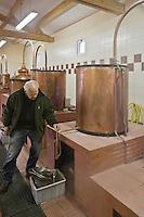 Europe/France/Aquitaine/24/Dordogne/Villamblard: Distillerie Clovis Reymond - Distillation alcool de fruit de poire William [Non destiné à un usage publicitaire - Not intended for an advertising use]