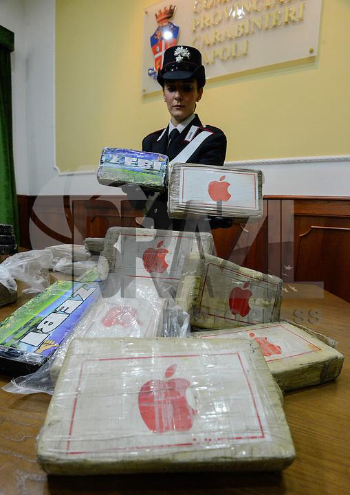 NAPOLES, ITALIA, 22.02.2016 - DROGAS-APREENSÃO - Policial mostra barras com 35 quilos de cocaína com simbolo da Apple que foi apreendido em Napoles na Italia, nesta segunda-feira, 22. (Foto: Salvatore Laporta/Brazil Photo Press)