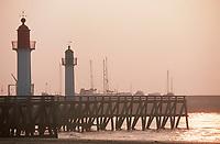 Europe/France/Normandie/14/Calvados/Deauville: les phares et la jetée dans la lumière du soir