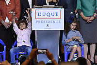 BOGOTA - COLOMBIA, 17-06-2018: Matias y Juliana hijos de Ivan Duque, presidente electo y candidato presidencial por el partido Centro Democrático durante su alocución al finalizar la segunda vuelta de las elecciones presidenciales de Colombia 2018 hoy domingo 17 de junio de 2018. El candidato ganador gobernará por un periodo máximo de 4 años fijado entre el 7 de agosto de 2018 y el 7 de agosto de 2022. / Matias and Juliana children of Ivan Duque, elected president and presidential candidate for the Centro Democratico party, during his speech after Colombia's second round of 2018 presidential election today Sunday, June 17, 2018. The winning candidate will govern for a maximum period of 4 years fixed between August 7, 2018 and August 7, 2022. Photo: VizzorImage / Gabriel Aponte / Staff
