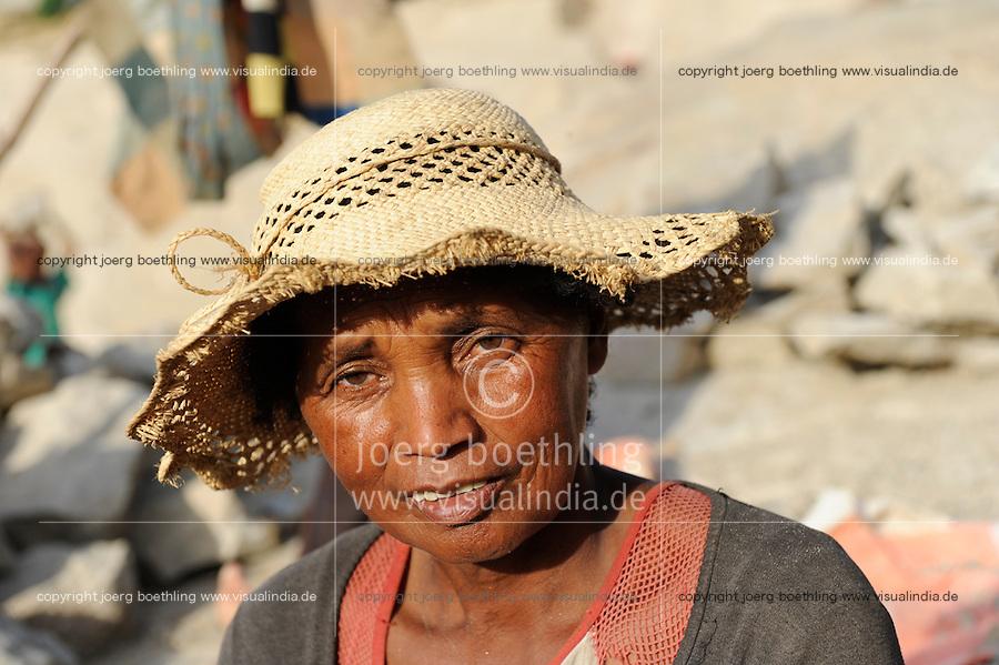 MADAGASCAR Antananarivo, people work in stone quarry  / MADAGASKAR Antananarivo, Menschen arbeiten in einem Steinbruch