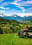 Deutschland, Bayern, Berchtesgadener Land, bei Oberau (Berchtesgaden): Blick ueber Oberau und Berchtesgaden in die Berchtesgadener Alpen mit Watzmann (links) 2.713 m und Hochkalter 2.607 m (Mitte) und Reiter Alpe - auch Reiter Alm genannt | Germany, Upper Bavaria, Berchtesgadener Land; near Oberau (Berchtesgaden): view across Oberau and Berchtesgaden towards Berchtesgaden Alps with summits Watzmann 2.713 m (left) and Hochkalter 2.607 m (middle) and Reiter Alpe mountain range, also called Reiter Alm