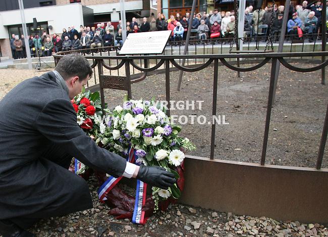 """nijmegen 220206 Onder toeziend oog van burgemeester Guusje ter Horst en een groot aantal inwoners van Nijmegen legt Garry Keith,afgevaardigde van de amerikaanse ambassade voor het eerst een krans bij het monument """" de schommel""""  ter nagedachtenis aan het Amerikaanse vergissingsbombardement op nijmegen op 22 februari 1944.  Op deze plaatskwamen  in 1944 80 kinderen en hun onderwijzers om.<br />Foto frans ypma APA-foto"""