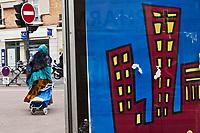 Europe/France/Ile de France/92/Hauts-de-Seine/Boulogne-Billancourt: Femme immigrée en robe traditionnelle et affiche