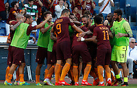 Calcio, Serie A: Roma vs Udinese. Roma, stadio Olimpico, 20 agosto 2016.<br /> Roma's Diego Perotti, back to camera, n.8, celebrates with teammates after scoring on a penalty kick during the Italian Serie A football match between Roma and Udinese at Rome's Olympic stadium, 20 August 2016. Roma won 4-0.<br /> UPDATE IMAGES PRESS/Riccardo De Luca