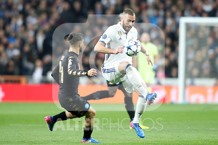 Real Madrid's Karim Benzema (r) and SSC Napoli's Lorenzo Insigne during Champions League 2016/2017 Round of 16 1st leg match. February 15,2017. (ALTERPHOTOS/Acero)