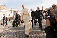 Papa Francesco arriva all'udienza generale del mercoledi' in Piazza San Pietro, Citta' del Vaticano, 5 novembre 2014.<br /> Pope Francis arrives for his weekly general audience in St. Peter's Square at the Vatican, 5 November 2014.<br /> UPDATE IMAGES PRESS/Riccardo De Luca<br /> <br /> STRICTLY ONLY FOR EDITORIAL USE