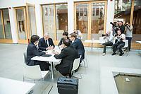 Der ehemalige Katalanische Ministerpraesident Carles Puigdemont (links im Bild) kuendigte am Mittwoch den 25. Juli 2018 in Berlin an, dass er am 28. Juli Deutschland verlassen und nach Belgien reisen werde. Nachdem Spanien auf seine Auslieferung aus Deutschland verzichtet und einen internationalen Haftbefehl zurueckgenommen hat, kann er sich in Europa frei bewegen.<br /> Zum Termin der Ankuendigung seiner Ruckreise nach Belgien hatte Puigdemont vier Anwaelte mitgebracht, die ihn juristisch beraten.<br /> 25.7.2018, Berlin<br /> Copyright: Christian-Ditsch.de<br /> [Inhaltsveraendernde Manipulation des Fotos nur nach ausdruecklicher Genehmigung des Fotografen. Vereinbarungen ueber Abtretung von Persoenlichkeitsrechten/Model Release der abgebildeten Person/Personen liegen nicht vor. NO MODEL RELEASE! Nur fuer Redaktionelle Zwecke. Don't publish without copyright Christian-Ditsch.de, Veroeffentlichung nur mit Fotografennennung, sowie gegen Honorar, MwSt. und Beleg. Konto: I N G - D i B a, IBAN DE58500105175400192269, BIC INGDDEFFXXX, Kontakt: post@christian-ditsch.de<br /> Bei der Bearbeitung der Dateiinformationen darf die Urheberkennzeichnung in den EXIF- und  IPTC-Daten nicht entfernt werden, diese sind in digitalen Medien nach §95c UrhG rechtlich geschuetzt. Der Urhebervermerk wird gemaess §13 UrhG verlangt.]
