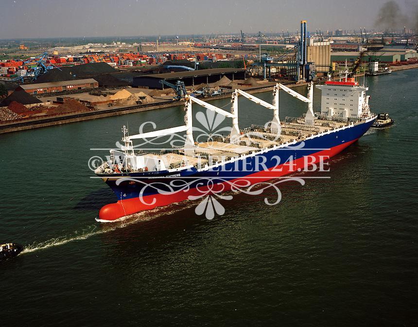 Juni 1996. Schip Alemania Express in de Haven van Antwerpen.