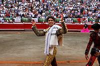 MANIZALES-COLOMBIA. 09-01-2016: Sebastian Castella, triunfador de la tarde, saluda al público al final de la cuarta corrida como parte de la versión número 60 de La Feria de Manizales 2016 que se lleva a cabo entre el 2 y el 10 de enero de 2016 en la ciudad de Manizales, Colombia. / The bullfighter Sebastian Castella, winner of the season, greets the public after the end of the fourth bullfigh bullfight as part of the 60th version of Manizales Fair 2016 takes place between 2 and 10 January 2016 in the city of Manizales, Colombia. Photo: VizzorImage / Santiago Osorio / Cont