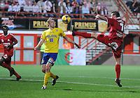 KV Kortrijk - K St-Truiden VV.Leon Benko haalt de bal uit de lucht voor het hoofd van Vincent Euvrard.foto VDB / BART VANDENBROUCKE