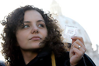 Una manifestante tiene in mano un profilattico durante una protesta indetta dai Radicali Italiani a Roma, 23 marzo, 2009, davanti a Piazza San Pietro, contro la presa di posizione di Papa Benedetto XVI nei confronti del preservativo come strumento di lotta all'Aids..A demonstrator holds a condom during a protest in Rome, 23 march 2009, in front of St. Peter square. Critics worldwide condemned Pope Benedict XVI's rejection of condoms to fight the AIDS epidemic, during his pilgrimage to Africa..UPDATE IMAGES PRESS/Riccardo De Luca