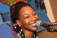 Fatoumata Diawara (Abidjan, 1982) è una chitarrista, compositrice e attrice è la nuova voce d'Africa. Originaria del Mali, la cantautrice vive tra Parigi, il lago di Como e Bamako