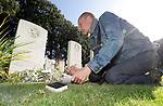Foto: VidiPhoto<br /> <br /> OOSTERBEEK – Omdat er dit jaar vanwege het coronavirus geen grootschalige herdenkingen zijn op de Airbornebegraafplaats in Oosterbeek, brengen tal van bezoekers op hun eigen wijze een eerbetoon aan de gesneuvelde militairen tijdens de Slag om Arnhem (17-25 september 1944). Zo ook vrijdag de 53-jarige Robert Lankheet uit Arnhem. Omdat hij geen smartphone heeft, schrijft hij de Bijbelteksten die op de grafstenen staan op in een notitieboekje. Lankheet probeert vervolgens uit te zoeken waarom de nabestaande juist voor deze tekst hebben gekozen. In zijn eigen Bijbel zoekt hij op in welke context deze teksten staan. Het is niet alleen een eerbetoon aan de gesneuvelde militairen, maar zelf vindt hij er ook troost en rust in.