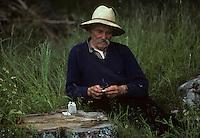 Europe/France/Auvergne/15/Cantal/Tarentaise : Paysan dans les champs roulant une cigarette<br /> PHOTO D'ARCHIVES // ARCHIVAL IMAGES<br /> FRANCE 1980