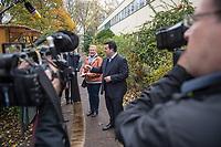 """Bundesarbeitsminister Hubertus Heil (SPD) (2.vl. im Bild) und die Bochumer Reinigungskraft Susanne Holtkotte (links im Bild) besuchten am Mittwoch den 20. November 2019 das Mehrgenerationenhaus """"Kreativhaus e.V."""" in Berlin-Mitte.<br /> Sie wollten mit den Rentnerinnen und Rentnern ueber das Thema Grundrente sprechen.<br /> Heil und Holtkotte hatten im Mai fuer einen Tag die Jobs getauscht, um einen Einblick in das Arbeitsleben des jeweils Anderen zu bekommen.<br /> 20.11.2019, Berlin<br /> Copyright: Christian-Ditsch.de<br /> [Inhaltsveraendernde Manipulation des Fotos nur nach ausdruecklicher Genehmigung des Fotografen. Vereinbarungen ueber Abtretung von Persoenlichkeitsrechten/Model Release der abgebildeten Person/Personen liegen nicht vor. NO MODEL RELEASE! Nur fuer Redaktionelle Zwecke. Don't publish without copyright Christian-Ditsch.de, Veroeffentlichung nur mit Fotografennennung, sowie gegen Honorar, MwSt. und Beleg. Konto: I N G - D i B a, IBAN DE58500105175400192269, BIC INGDDEFFXXX, Kontakt: post@christian-ditsch.de<br /> Bei der Bearbeitung der Dateiinformationen darf die Urheberkennzeichnung in den EXIF- und  IPTC-Daten nicht entfernt werden, diese sind in digitalen Medien nach §95c UrhG rechtlich geschuetzt. Der Urhebervermerk wird gemaess §13 UrhG verlangt.]"""