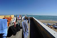 """Colonie estive, riviera adriatica, Bellaria Igea Marina. Colonia """"Ragazzi e Cinema"""". <br /> Il bucato."""