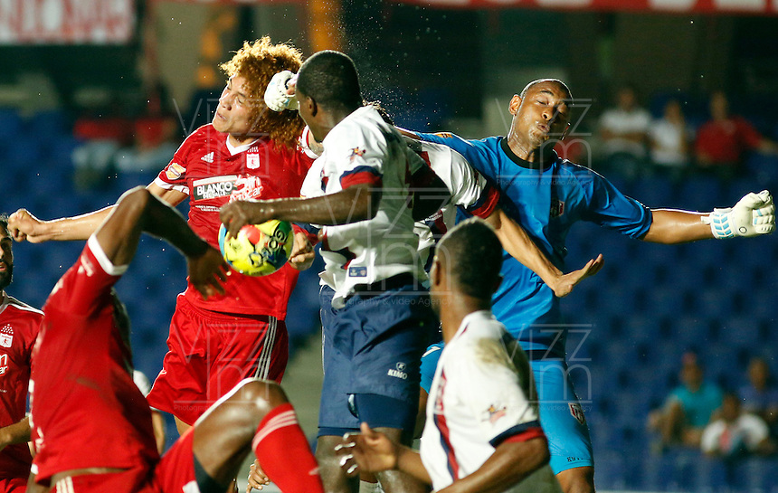 CALI -COLOMBIA-26-AGOSTO-2014. Stiven Tapiero  (Izq)  del America de Cali disputa el balon  contra Luis Estacio guardameta   del  Union Magadalena  durante la sexta fecha del Torneo Postobon jugado en el estadio Pascual Guerrero de la ciudad de Cali. /  Stiven Tapiero  (L)  of America de Cali dispute the balloon against Luis Estacio goalkeeper of  Union Magdalena during the sixth round of the tournament played in Postobon Pascual Guerrero stadium in Cali..  Photo: VizzorImage / Juan Carlos Quintero / Stringer