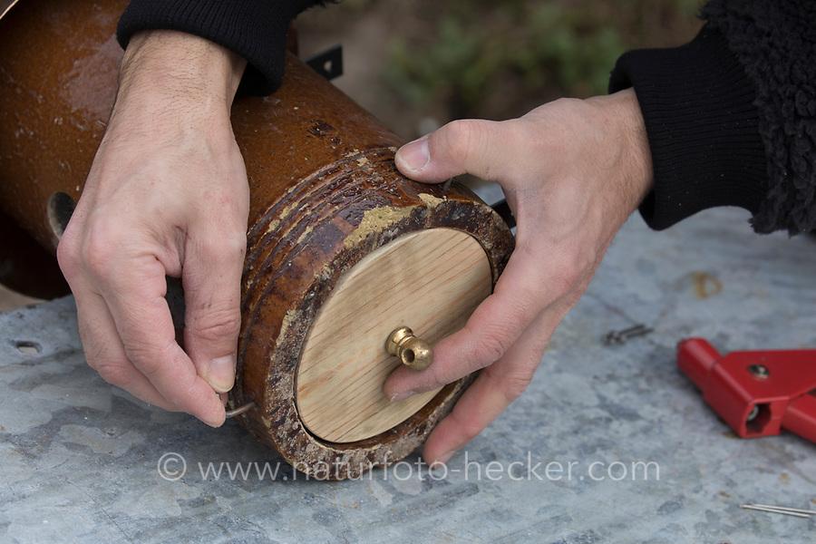 Ein Stück einer Tonröhre wird umgebaut zum Nistkasten, Vogelnistkasten, Meisenkasten, Deko, Dekoration. Schritt 4: eine passende Holzscheibe wird als Boden des Nistkastens eingebaut und lässt sich zum Säubern des Kastens abnehmen. Upcycling, Bastelei.
