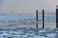 Schiff auf der vereisten Elbe bei Blankenese, Hamburg,  Deutschland