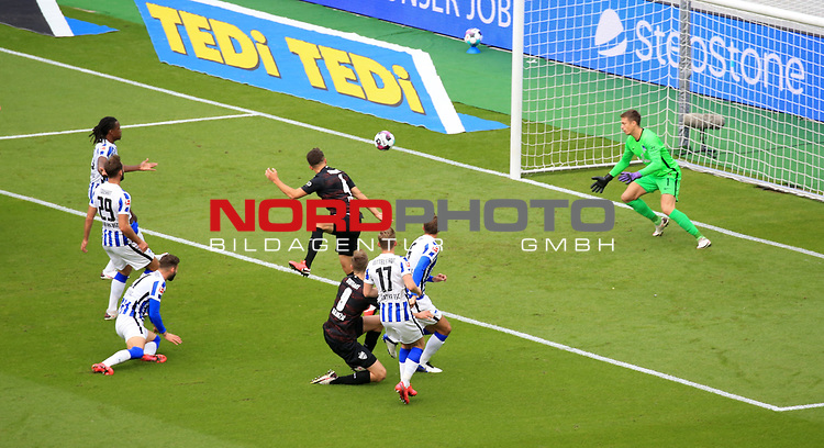17.10.2020, OLympiastadion, Berlin, GER, DFL, 1.FBL, Hertha BSC VS. VfB Stuttgart, <br /> DFL  regulations prohibit any use of photographs as image sequences and/or quasi-video<br /> im Bild 0:1 durch  Marc-Oliver Kempf (VfB Stuttgart #4), Alexander Schwolow (Hertha BSC Berlin #1)<br /> <br />       <br /> Foto © nordphoto / Engler