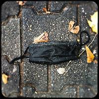 Eine gebrauchte medizinische Schutzmaske liegt auf der Strasse in Berlin.<br /> 21.11.2020, Berlin<br /> Copyright: Christian-Ditsch.de