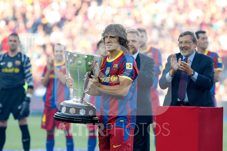 FC Barcelona's captain Carles Puyol  with the trophy of champions in La Liga 2009-2010. August 25,2010. (ALTERPHOTOS/Acero)