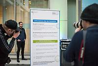 Bundesgesundheitsminister Jens Spahn empfing am Mittwoch den 4. Maerz 2020 die Gesundheitsminister und Gesundheitsmministerinnen und Gesundheitssenatorinnen der Bundeslaender in Berlin zu einem Gespaech ueber die aktuelle Lage zum Coronavirus und ueber ein Gesamtkonzept der Gesundheitsfachberufe.<br /> Im Bild: Fotojournalisten fotografieren einen Aufsteller mit Informationen zum Coronavirus im Foyer des Gesundheitsministerium.<br /> 4.3.2020, Berlin<br /> Copyright: Christian-Ditsch.de<br /> [NUR FUER REDAKTIONELLE ZWECKE! Werbung nur auf Anfrage beim Fotografen. Inhaltsveraendernde Manipulation des Fotos nur nach ausdruecklicher Genehmigung des Fotografen. Vereinbarungen ueber Abtretung von Persoenlichkeitsrechten/Model Release der abgebildeten Person/Personen liegen nicht vor. NO MODEL RELEASE! Don't publish without copyright Christian-Ditsch.de, Veroeffentlichung nur mit Fotografennennung, sowie gegen Honorar, MwSt. und Beleg. Konto: I N G - D i B a, IBAN DE58500105175400192269, BIC INGDDEFFXXX, Kontakt: post@christian-ditsch.de<br /> Bei der Bearbeitung der Dateiinformationen darf die Urheberkennzeichnung in den EXIF- und  IPTC-Daten nicht entfernt werden, diese sind in digitalen Medien nach §95c UrhG rechtlich geschuetzt. Der Urhebervermerk wird gemaess §13 UrhG verlangt.]