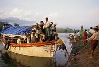 INDIA, Narmada river and dams, reservoir of Narmada dam Sardar Sarovar Project, Narmada Bachao Andolan NBA, movement to save the Narmada, tribal village Domkhedi / INDIEN, Narmada Fluss und Staudaemme, Stausee des Sardar Sarovar Projekt Staudamm, Adivasi Dorf Domkhedi
