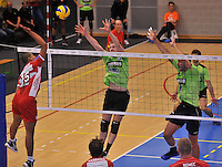 Volley Team Menen - Hotvolleys Wenen : Ricardo Serafim (links) met de poging tegenover het menense blok van Dragan Radovic (rechts) en Daan Van Haarlem (midden)<br /> foto VDB / Bart Vandenbroucke