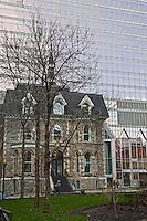 Amérique/Amérique du Nord/Canada/Québec/Montréal:  L'ancien presbytère de la Cathédrale Christ Church de Montréal,abrite maintenant le restaurant: Apollo , en arrière plan: la Tour KPMG,  8e plus haut gratte-ciel de Montréal