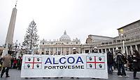Una delegazione degli operai dell ALCOA di Portovesme Sardegna, manifestano a Piazza San Pietro durante l Angelus di Papa Benedetto XVI, contro la chisura dello stabilimento..Roma, 31 Gennaio 2010..Photo Serena Cremaschi Insidefoto