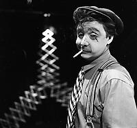 Paul Buissonneau joue le personnage de l'ivrogne Du Guesclin, dans la pièce «La tour Eiffel qui tue». 1957.