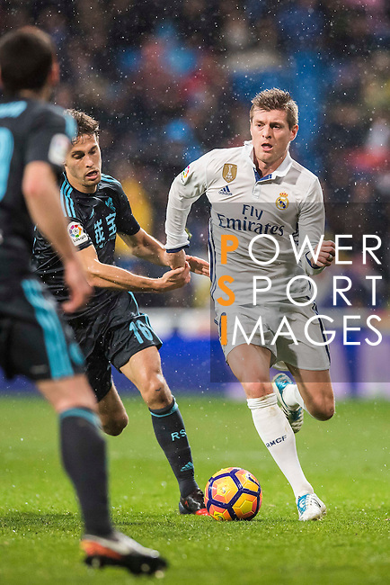 Toni Kroos (r) of Real Madrid is chased by Mikel Oyarzabal of Real Sociedad during their La Liga match between Real Madrid and Real Sociedad at the Santiago Bernabeu Stadium on 29 January 2017 in Madrid, Spain. Photo by Diego Gonzalez Souto / Power Sport Images