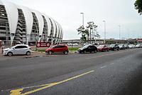 PORTO ALEGRE (RS), 12/02/2021 - VACINA- IDOSOS - Movimentação de carros no sistema de Drive-thru para a vacinação contra Covid-19 para idosos entre 85 a 89 anos, numa rede de supermercado e com a abertura de um novo posto no estacionamento do S.C. Internacional, em Porto Alegre, nesta sexta-feira (12).