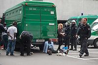 Nach einer Woche Aufenthalt im Haus des Deutschen Gewerkschaftsbunds in Berlin liessen die Verantwortlichen des DGB etwa 25 Fluechtlinge durch die Polizei raeumen. Dabei gab es mehrere Verletzte, zwei davon nach Aussagen von Augenzeugen schwer. Mehrere Fluechtlinge wurden nach der gewaltsamen Raumung ins Krankenhaus gebracht. Mehrere Personen hatten sich zum Teil aneinander gekettet, um so die Raeumung zu verhindern.<br /> Die Fluechtlinge hatten vor einer Woche im DGB-Haus um Unterstuetzung fuer ihr Anliegen nach Asyl und Bleiberecht gesucht. Die Gewerkschaftsverantwortlichen waren jedoch nicht bereit ihnen mehr als ein paar Tage Obdach zu gewaehren und die Politik zu bitten das Problem zu loesen.<br /> Im Bild: Gefangene Fluechtlinge und Unterstuetzer werden im Hof des Gewerkschaftshauses Erkennungsdienstlich erfasst.<br /> 2.10.2014, Berlin<br /> Copyright: Christian-Ditsch.de<br /> [Inhaltsveraendernde Manipulation des Fotos nur nach ausdruecklicher Genehmigung des Fotografen. Vereinbarungen ueber Abtretung von Persoenlichkeitsrechten/Model Release der abgebildeten Person/Personen liegen nicht vor. NO MODEL RELEASE! Don't publish without copyright Christian-Ditsch.de, Veroeffentlichung nur mit Fotografennennung, sowie gegen Honorar, MwSt. und Beleg. Konto: I N G - D i B a, IBAN DE58500105175400192269, BIC INGDDEFFXXX, Kontakt: post@christian-ditsch.de<br /> Urhebervermerk wird gemaess Paragraph 13 UHG verlangt.]