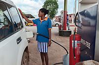 Nigeria. Enugu State. Enugu. Petrol station. Women working at gas station fill up the fuel tank of cars. Enugu is the capital of Enugu State, located in southeastern Nigeria.4.07.19 © 2019 Didier Ruef