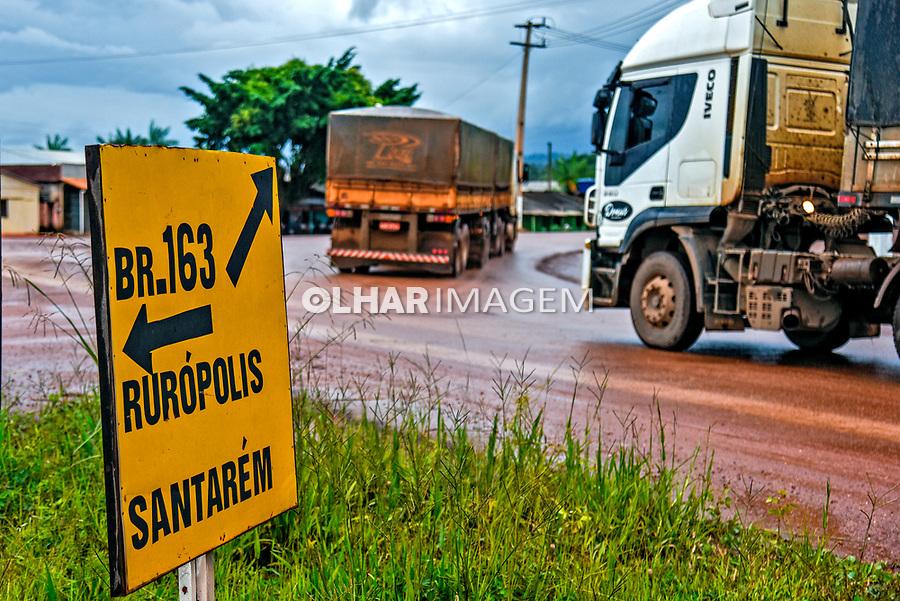 Caminhoes graneleiros de soja trafegam no entrocamento da Rodovia BR 230 Rodovia Transamazonica com BR 163 Cuiaba Santarem, Itaituba. Para. 2017. Foto Luciana Whitaker