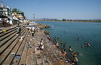 INDIA, Madhya Pradesh, Hoshangabad, Narmada river, bathing ghats an important place for the Narmada Parikrama, a holy pilgrimage along the river / INDIEN, Narmada Fluss, Hoshangabad, Hindu Pilger an Badestufen in Hoshangabad