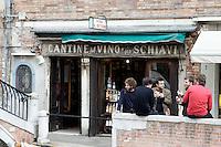 Spuntino all'esterno delle Cantine del Vino Gia' Schiavi a Venezia.<br /> People eat and drink outside the Cantine del Vino gia' Schiavi in Venice.<br /> UPDATE IMAGES PRESS/Riccardo De Luca