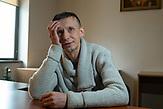 """Portraits von Menschen, die mit einschneidenden persönlichen Ereignissen im Krieg in der Ostukraine leben müssen. Der ehemalige Journalist Jehor Worobjow geriet in Ilowajsk für 38 Tage unter schwierigsten Bedingungen in Haft. Er sagt: """"Ich glaube, die meisten Ukrainer hätten gern endlich ihre Ruhe""""."""