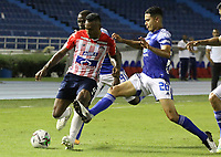 BARRANQUIILLA - COLOMBIA, 24-10-2020: Willer Dita del Junior disputa el balón con Andres Llinas de Millonarios durante partido por la fecha 16 de la Liga BetPlay DIMAYOR I 2020 entre Atlético Junior y Millonarios jugado en el estadio Metropolitano Roberto Meléndez de la ciudad de Barranquilla. / Willer Dita of Junior struggles the ball with Andres Llinas of Millonarios during match for the date 16 as part of BetPlay DIMAYOR League I 2020 between Atletico Junior and Millonarios played at Metropolitano Roberto Melendez stadium in Barranquilla city.  Photo: VizzorImage / Jairo Cassiani / Cont