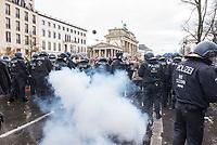 """Sogenannten """"Querdenker"""" sowie verschiedene rechte und rechtsextreme Gruppen hatten fuer den 18. November 2020 zu einer Blockade des Bundestag aufgerufen. Sie wollten damit verhindern, dass es eine Abstimmung ueber das Infektionsschutzgesetz gibt.<br /> Es sollen sich ca. 7.000 Menschen versammelt haben. Sie wurden durch Polizeiabsperrungen daran gehindert zum Reichstagsgebaeude zu gelangen. Sie versammelten sich daraufhin u.a. vor dem Brandenburger Tor.<br /> Im Bild: Ein sog. Polenboeller detoniert zwischen Polizeibeamten.<br /> 18.11.2020, Berlin<br /> Copyright: Christian-Ditsch.de"""