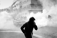 - crashs between young people of the radical groups of left and police during an occupation attempt of vacant houses in the University District (Milan, 1977)....- scontri fra giovani dei gruppi di estrema sinistra e polizia durante un tentativo di occupazione case sfitte a Città Studi (Milano, 1977)