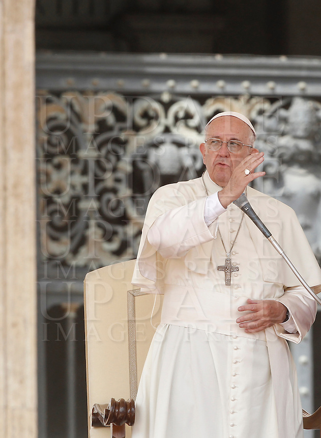 Papa Francesco benedice i fedeli al termine dell'udienza generale del mercoledi' in Piazza San Pietro, Citta' del Vaticano, 7 settembre 2016.<br /> Pope Francis blesses faithful at the end of his weekly general audience in St. Peter's Square at the Vatican, 7 September 2016.<br /> UPDATE IMAGES PRESS/Isabella Bonotto<br /> <br /> STRICTLY ONLY FOR EDITORIAL USE