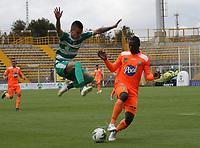 BOGOTÁ - COLOMBIA, 27-04-2019:Walmer Pacheco (Izq.) jugador de La Equidad  disputa el balón con Carlos Teran (Der.) jugador del Envigado durante partido por la fecha 18 de la Liga Águila I 2019 jugado en el estadio Metropolitano de Techo de la ciudad de Bogotá. /Walmer Pacheco (L) player of La Equidad fights the ball  against of Carlos Teran (R) player of Envigado  during the match for the date 18 of the Liga Aguila I 2019 played at the Metropolitano de Techo  stadium in Bogota city. Photo: VizzorImage / Felipe Caicedo / Staff.