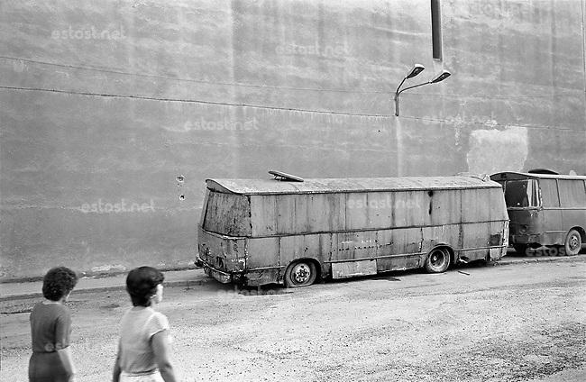 ROMANIA, Timisoara, 09.1985.Blind wall and buses, plus original transparency..© Andrei Pandele / EST&OST