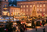 Oesterreich, Salzburger Land, Salzburg: Christkindlmarkt am Residenzplatz vor dem Dom | Austria, Salzburger Land, Salzburg: Christmas Fair at Residence Square, Old Town
