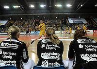 """1. Bundesliga Handball Damen - Frauen Handball BL DHB - Arena Leipzig - HC Leipzig : TSV Bayer 04 Leverkusen """"Handballelfen"""" - im Bild: Feature - Blick über Ersatzspielerinnen - auf Feld Ania Rösler im Lauf . Foto: Norman Rembarz..Norman Rembarz , Autorennummer 41043728 , Augustenstrt. 2, 04317 Leipzig, Tel.: 01794887569, Hypovereinsbank: BLZ: 86020086, KN: 357889472, St.Nr.: 231/261/06432 - Jegliche kommerzielle Nutzung ist honorar- und mehrwertsteuerpflichtig! Persönlichkeitsrechte sind zu wahren. Es wird keine Haftung übernommen bei Verletzung von Rechten Dritter. Autoren-Nennung gem. §13 UrhGes. wird verlangt. Weitergabe an Dritte nur nach  vorheriger Absprache.."""