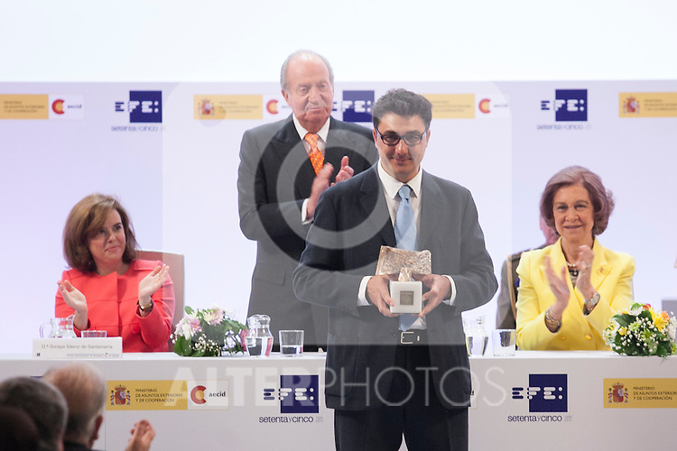 """Spain Vicepresident Soraya Saenz de Santamaria, King Juan Carlos of Spain and Queen Sofia of Spain with the photojournalist Pedro Armestre during the """"REY DE ESPAÑA"""" International Journalism Awards and ¨DON QUIJOTE"""" Journalism Award in Madrid, Spain. May 27, 2014. (ALTERPHOTOS/Victor Blanco)"""